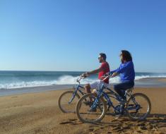 Un vélo bleu à pois blanc