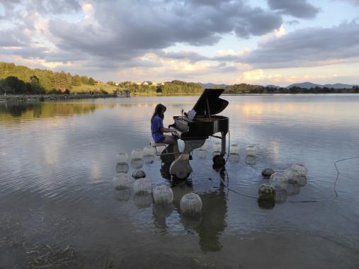 estivale - le piano sur le lac